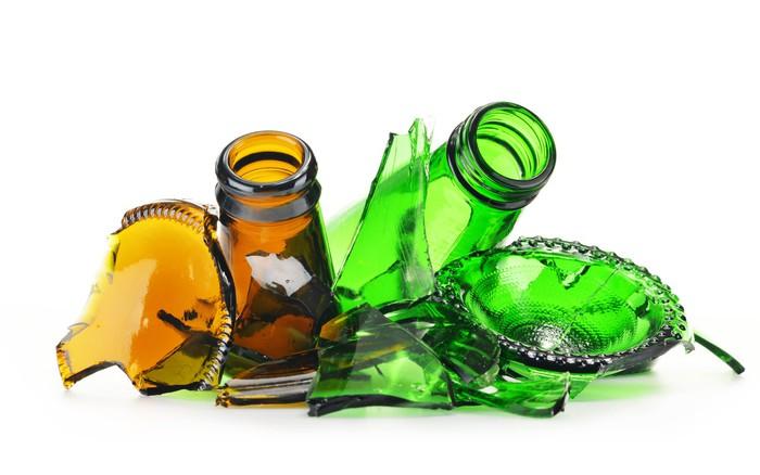 Bitar med trasiga glasflaskor. Återvinning